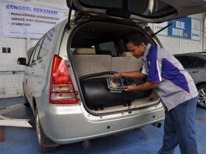 Converter Kit Bahan Bakar Gas (BBG) dipasang di mobil agar mobil dapat diisi BBM dan gas sekaligus.