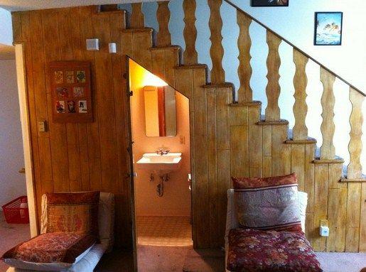 Kamar mandi bawah tangga kayu