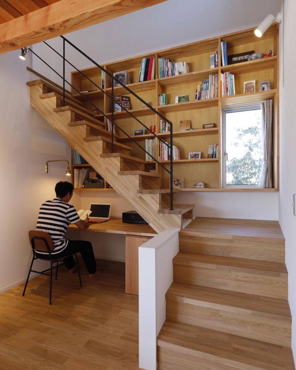 Ruang kerja bawah tangga kayu
